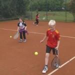 Um den Ball hoch zu halten und auf den Linien zu laufen braucht man viel Konzentration.